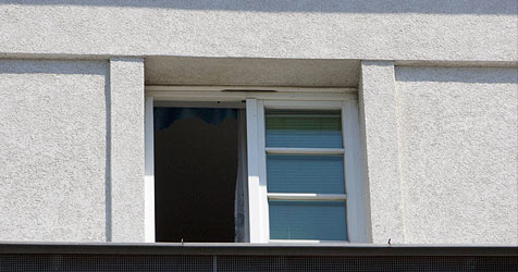 Zehnjähriger Bub stürzt aus Schulfenster (Bild: APA/ROBERT NEWALD)