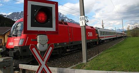 Pensionist bleibt mit Auto auf Gleisen stehen (Bild: Sepp Pail)