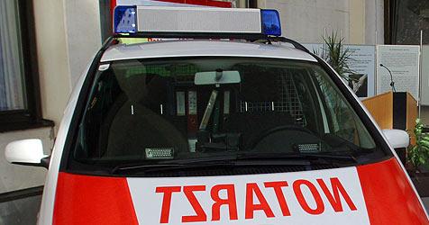 Notarztwagen brannte vor Spital in St. Pölten (Bild: Chris Koller)