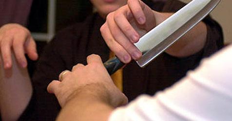 Ehefrau jagt ihren Mann mit einem Messer durchs Haus (Bild: AP)