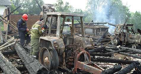 Auch Traktoren und Ladewagen völlig zerstört (Bild: FF St. Florian)