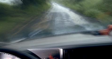 Fahrer rammte Laterne, Auto blieb an Mast hängen (Bild: © [2009] JupiterImages Corporation)