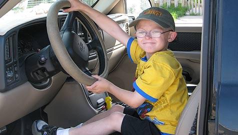 6-Jähriger lenkt Auto anstatt ohnmächtigen Vaters (Bild: AP)