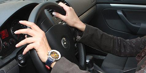 Nur zehn Prozent der Frauen machen ein Fahrtraining (Bild: Sepp Pail)