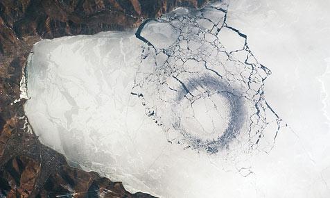 ISS-Fotos vom Baikalsee geben Rätsel auf (Bild: http://earthobservatory.nasa.gov)