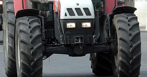 Traktor gerät ins Rutschen und überrollt Arbeiter (Bild: APA/Georg Hochmuth)