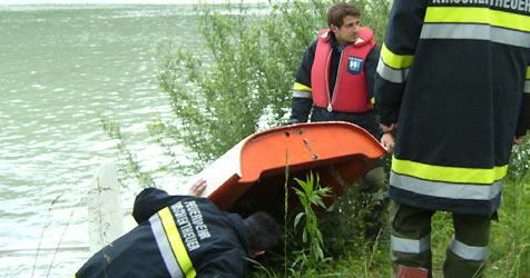 Anglerduo kentert mit Boot im eiskalten Traunsee (Bild: FF Kirschentheuer)