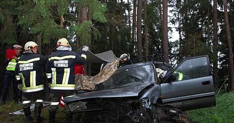 Auto rast gegen Erdwall - Fahrer eingeklemmt (Bild: kerschi)
