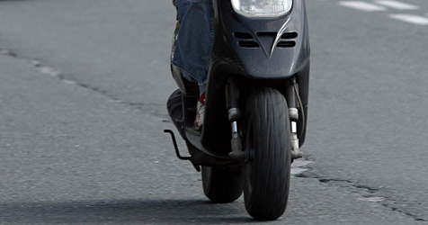 Bursche kracht mit Moped in Traktor - schwer verletzt (Bild: Christof Birbaumer)