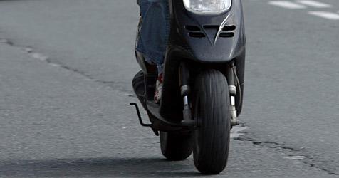 Lehrling stürzt mit seinem Moped in eine Baugrube (Bild: Christof Birbaumer)