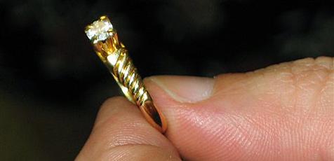 Trickdieb nimmt Ringe für 10.000 Euro mit