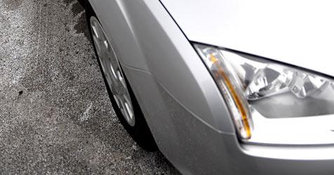 Frau mit Auto gegen Gartenmauer gekracht - verletzt (Bild: APA/BARBARA GINDL)