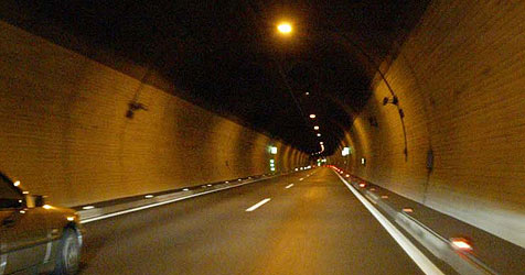 Alko-Lenkerin prallt gegen Wand des Schönbergtunnels (Bild: Cristof Birbaumer)