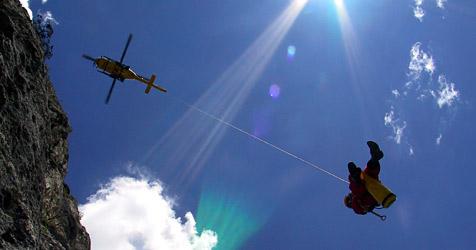 Wienerin stürzt 100 Meter tief und überlebt (Bild: APA/OEAMTC)