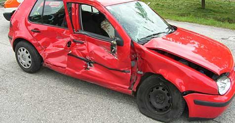 Auto gerammt und über Brücke geschleudert (Bild: FF Rabenstein)