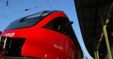Mehr Züge, billigere Parkdecks: Öffi-Ausbau-Offensive (Bild: APA/HERBERT PFARRHOFER)
