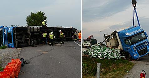 Fahrzeug mit großer Bier-Ladung umgestürzt (Bild: Kurt Zöchling/F.u.M. KAMPEL GMBH)