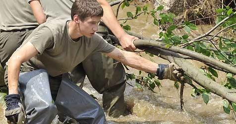 100 Arbeitskräfte helfen bei Aufräumarbeiten (Bild: APA/BUNDESHEER/Guenter Filzwieser)