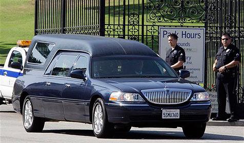 Jacksons Sarg nach Feier zum Friedhof gebracht