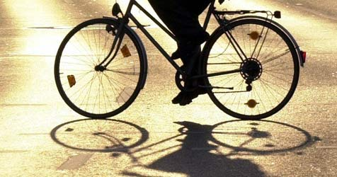 Radfahrer nach Sturz bei Freistadt in Lebensgefahr (Bild: dpa/Martin Gerten)