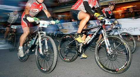 Zwei Teilnehmer bei Radrennen gestürzt und verletzt