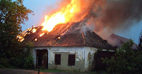 Blitzschlag setzt Haus in Brand (Bild: BFKDO Hollabrunn)