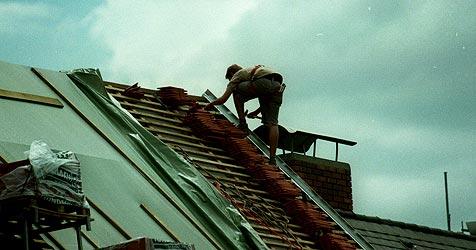 Zimmerer bei Dachstuhl-Arbeiten zu Boden gestürzt (Bild: Jürgen Radspieler)