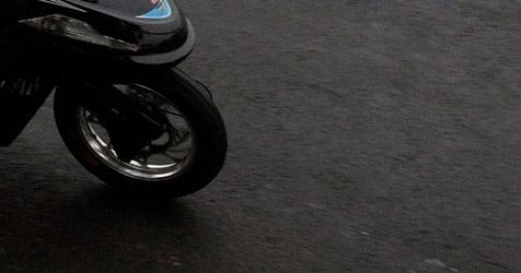 Fußgänger von Moped gestreift und schwer verletzt (Bild: EPA)