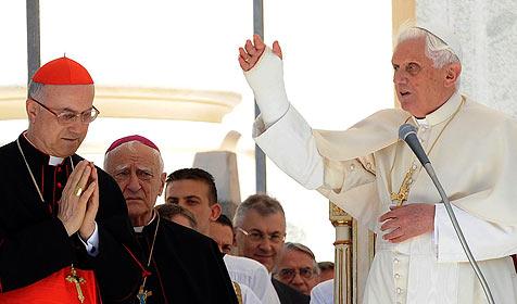 Papst bekommt Notebook geschenkt