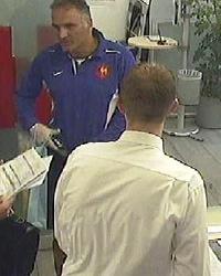 Unmaskierter Täter überfällt Bank in Schwechat (Bild: Polizei)