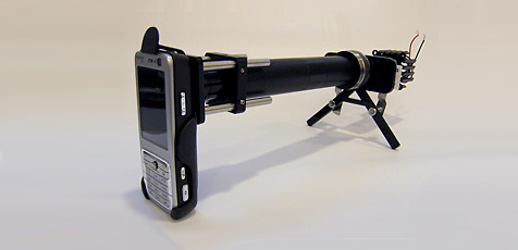 Forscher entwickeln Mikroskop-Aufsatz für Handys (Bild: UC Berkeley/ David Breslauer)