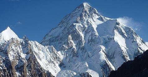 """Kaltenbrunner mit """"Siebenmeilenstiefeln"""" am K2 (Bild: Gerlinde Kaltenbrunner)"""