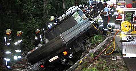 Laster landet im Bach - Lenker schwer verletzt (Bild: FF Micheldorf)
