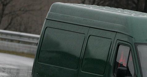 Lenker mäht Ampel und Schilder einer Verkehrsinsel um (Bild: dpa/dpaweb/dpa/A3512 Roland Weihrauch)
