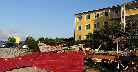 Schwere Schäden durch Sturm, Regen und Hagel (Bild: APA/Werner Kerschbaummayr)