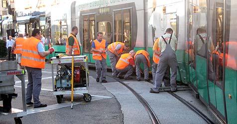 "Linzer Bim ""Cityrunner"" entgleist wegen Schraube (Bild: Richard Schmitt)"