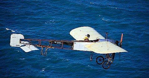 Pilot überfliegt Ärmelkanal in Blériot-Maschine