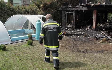 Brand mit Wasser aus Swimmingpools gelöscht (Bild: Andi Schiel)