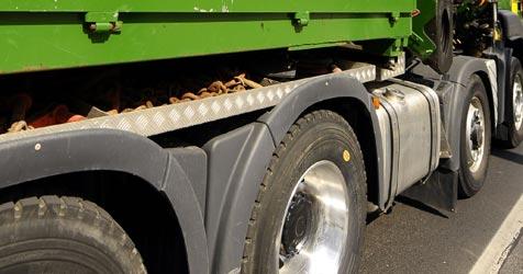 """Auto bei roter Ampel von Laster """"gerammt"""" (Bild: APA/BARBARA GINDL)"""
