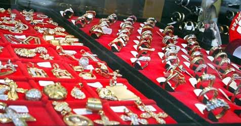 2 Pärchen tricksen Juwelierin aus und stehlen Halsketten (Bild: APA/HERBERT PFARRHOFER)