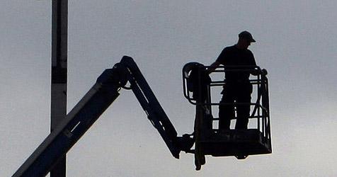 Acht-Meter-Todessturz beim Heckenschneiden (Bild: AP)