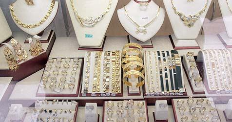Gaunerpärchen lässt goldene Halskette mitgehen (Bild: Andi Schiel)
