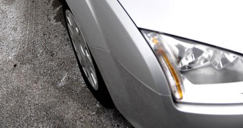 Autofahrer schießt in Graben und überschlägt sich (Bild: APA/BARBARA GINDL)