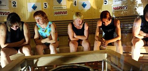 Russin schwitzt den Finnen was vor (Bild: EPA)