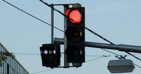 Autolenker ignoriert Rot - Biker stürzt bei Notbremsung (Bild: Andreas Graf)