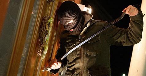 Für Serien-Einbrecher klicken die Handschellen (Bild: APA/Helmut Fohringer)