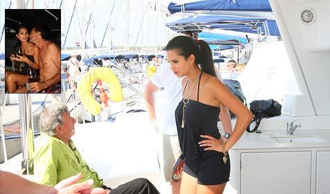 Nina Bruckner flieht vor eifersüchtigem Lugner (Bild: ATV)