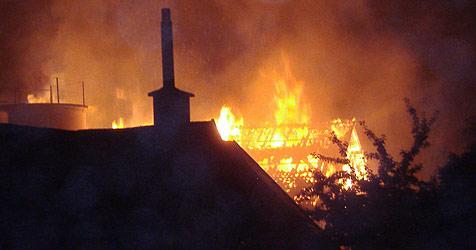 Feuer vernichtet Scheune in Puchberg (Bild: Hermann Hauer)