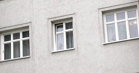 Linzerin wirft Regal-Bretter aus 4. Stock auf Passanten (Bild: APA/Herbert Pfarrhofer)