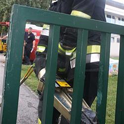 Zweijähriger steckte mit Kopf im Zaun fest (Bild: FF Krems)